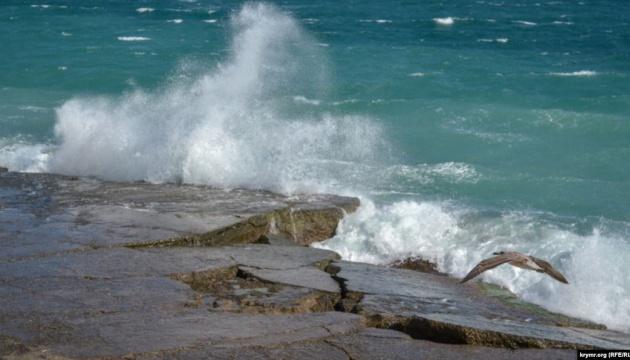 Морський шторм розмиває дорогу під Феодосією