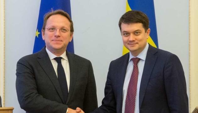 Razumkov se reúne con el comisario europeo Várhelyi