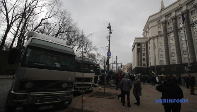 Під Кабміном мітингують міжнародні перевізники на фурах