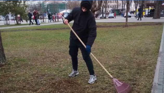 Злочин і кара: Кличко показав, як вандал з Алеї художників прибирає вулиці