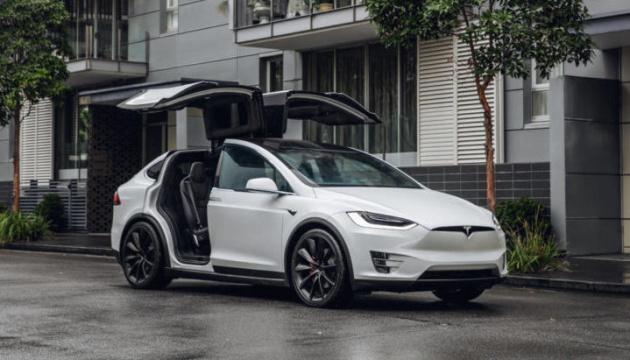 Tesla відкличе 15 тисяч авто через проблеми з посилювачем керма