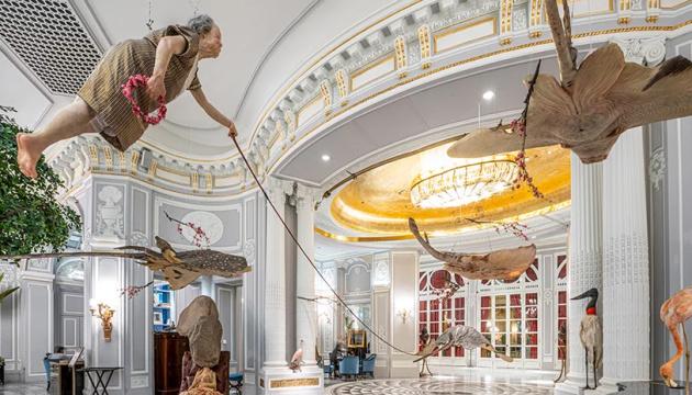 Носороги, скаты и летающие старушки: выставка Сунь Юаня и Пэн Юя в римском отеле