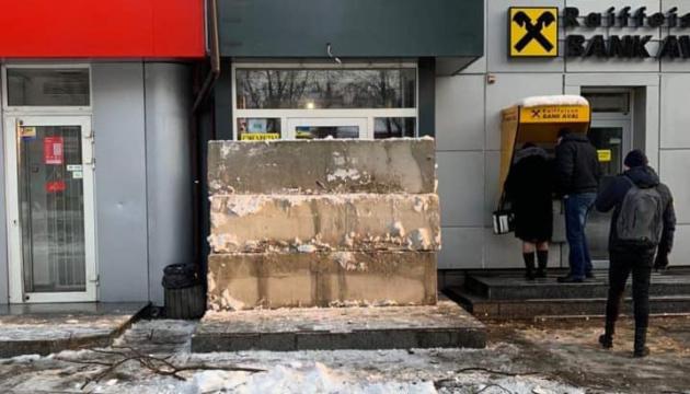 У Дніпрі заклали бетонними плитами кіоск, де продавали алкоголь неповнолітнім
