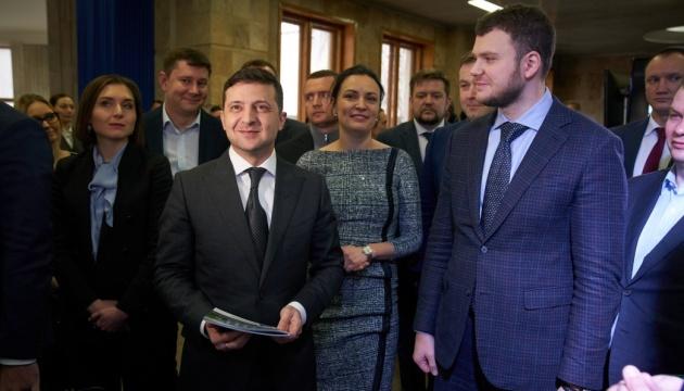 Люди - найцінніше, що є в України: Зеленський нагородив молодих вчених