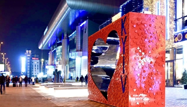 Ukrainische Künstlerin veranstaltet am Valentinstag eine Aktion am Kyjiwer Bahnhof