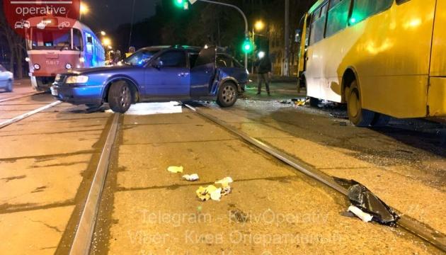 У Києві зіштовхнулися Audi та маршрутка з пасажирами, є постраждалі