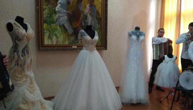 У Чернівцях представили виставку суконь, які шиють у