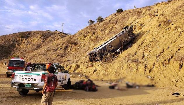 У Перу автобус з футбольними фанатами впав у провалля, восьмеро загинули