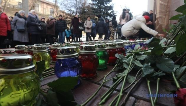 Activistas encienden 176 velas cerca de la Embajada de Irán en Kyiv