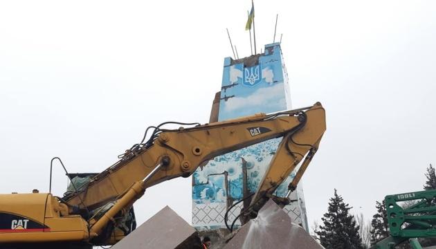 В Запорожье сносят 11-метровый постамент бронзового Ленина