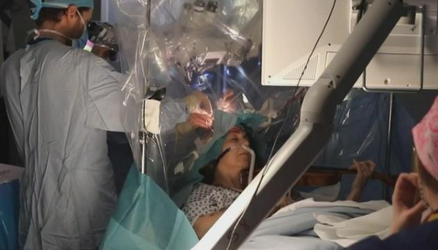У Британії пацієнтка грала на скрипці під час видалення пухлини мозку