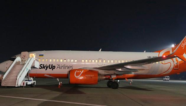 Гончарук і Криклій подякували екіпажу літака, який евакуював українців з Китаю