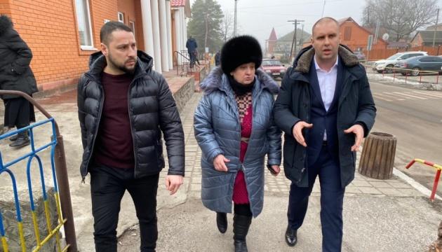 """На Полтавщині люди перекрили дорогу — щоб не пустити евакуйованих з Китаю у """"Нові Санжари"""""""
