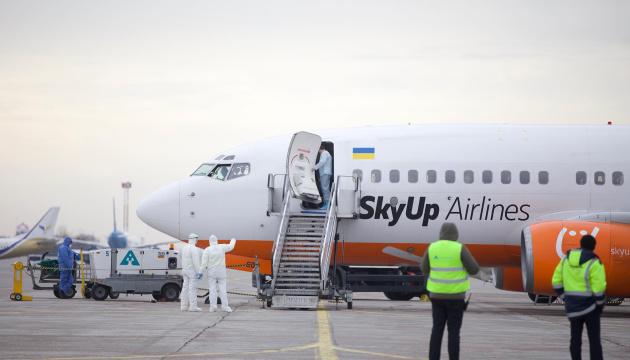 Літак із евакуйованими з Китаю приземлився у аеропорту