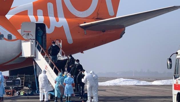 Guardias fronterizos: Ucrania y extranjeros evacuados de China se bajan del avión en Járkiv
