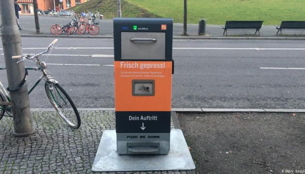 """В Берлине """"умные"""" урны питаются солнечной энергией и прессуют мусор"""
