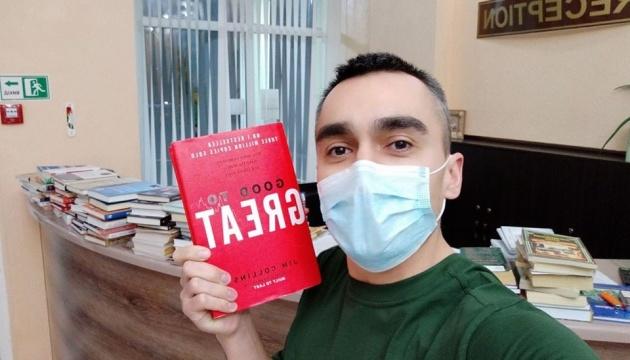 Эвакуированным из Уханя передали книги на трех языках