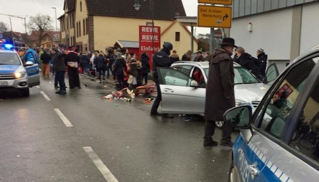 В Германии авто въехало в толпу, десять пострадавших