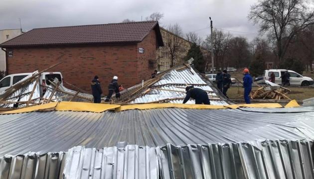 Зірвані дахи, повалені дерева, один загиблий: наслідки негоди в Україні