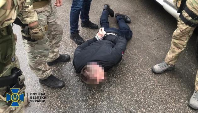 """СБУ впіймала поліцейського на хабарі від дружини """"чорного рієлтора"""""""