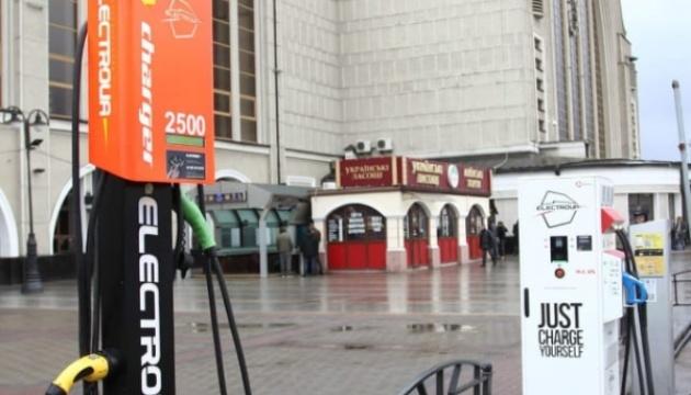 Вокзали України обладнають зарядними станціями для електромобілів