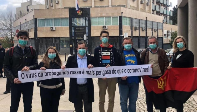 Українці на акції в Лісабоні нагадали, що вірус російської пропаганди страшніший за коронавірус