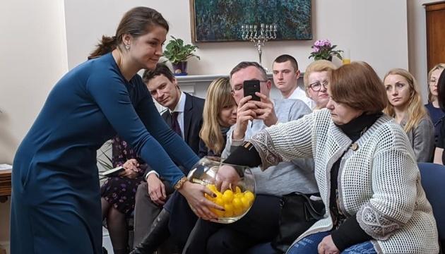 Європейські дипломати та колишні бранці Кремля підписали листівки політв'язням