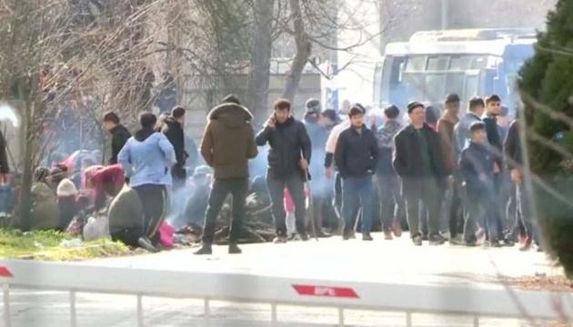 На кордоні з Туреччиною пів тисячі мігрантів розігнали сльозогінним газом