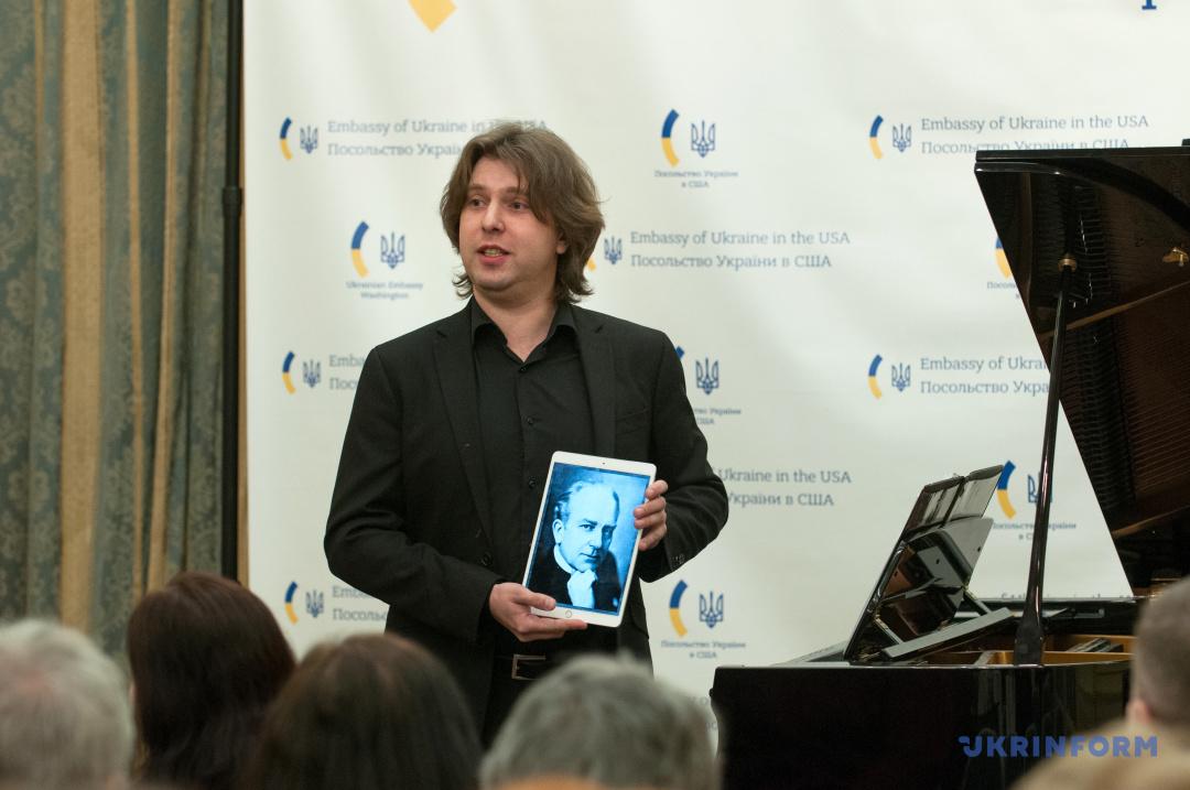 Павло Гінтов з портретом Сергія Борткевича