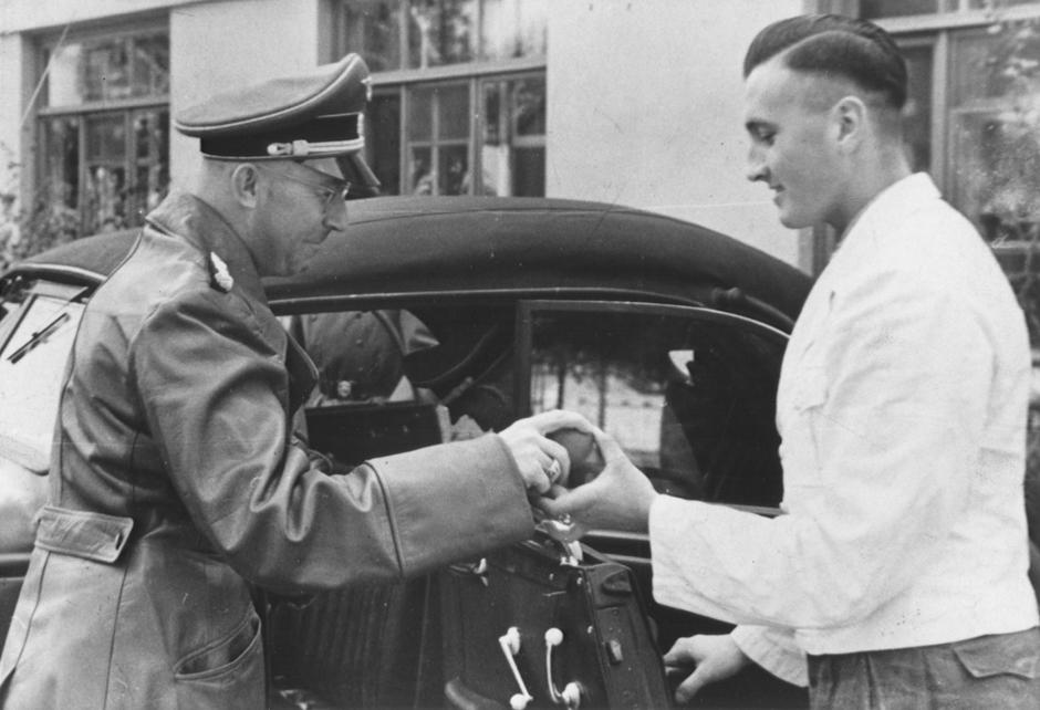Генріх Гіммлер (ліворуч) у 1942 році під Житомиром