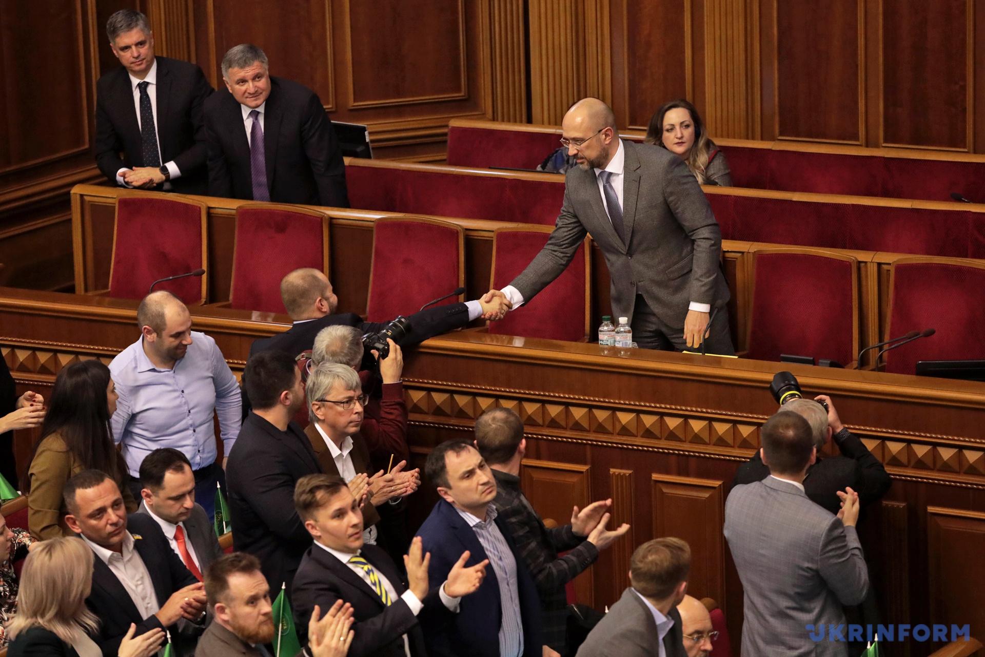 Депутаты поздравляют Дениса Шмыгаля с назначением на должность премьер-министра Украины / Фото: Геннадий Минченко. Укринформ