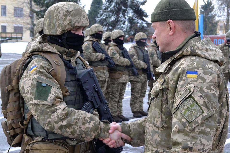 Генерал Ігор Луньов вітає другий випуск інструкторів ССО ЗСУ. Фото: МОУ