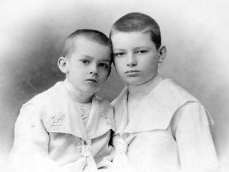 Арсеній Тарковський (ліворуч) із братом Валерієм
