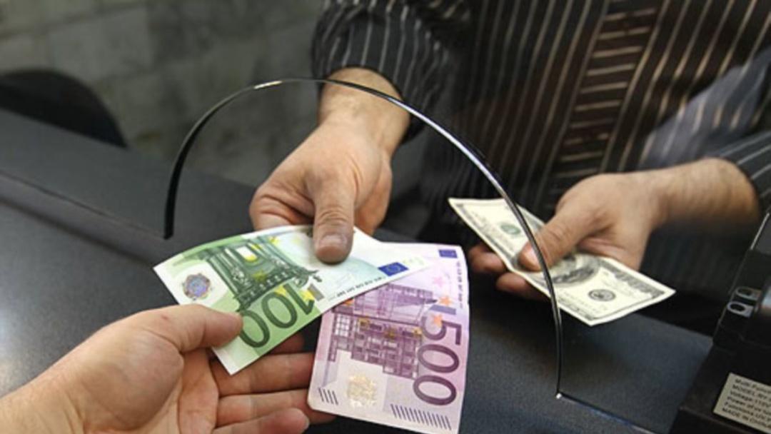 В основному, людям продають ту валюту, яку перед тим фінустанови купили у інших клієнтів