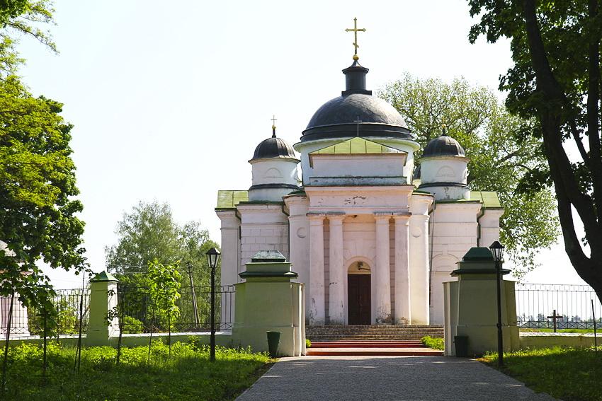 недалеко від садиби розташована Георгіївська церква, побудована 1816-1824 рр. Вона була родинною усипальницею Тарновських.