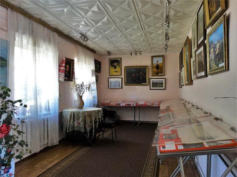 Вітальня музею Миколи Пимоненка у Малютянці