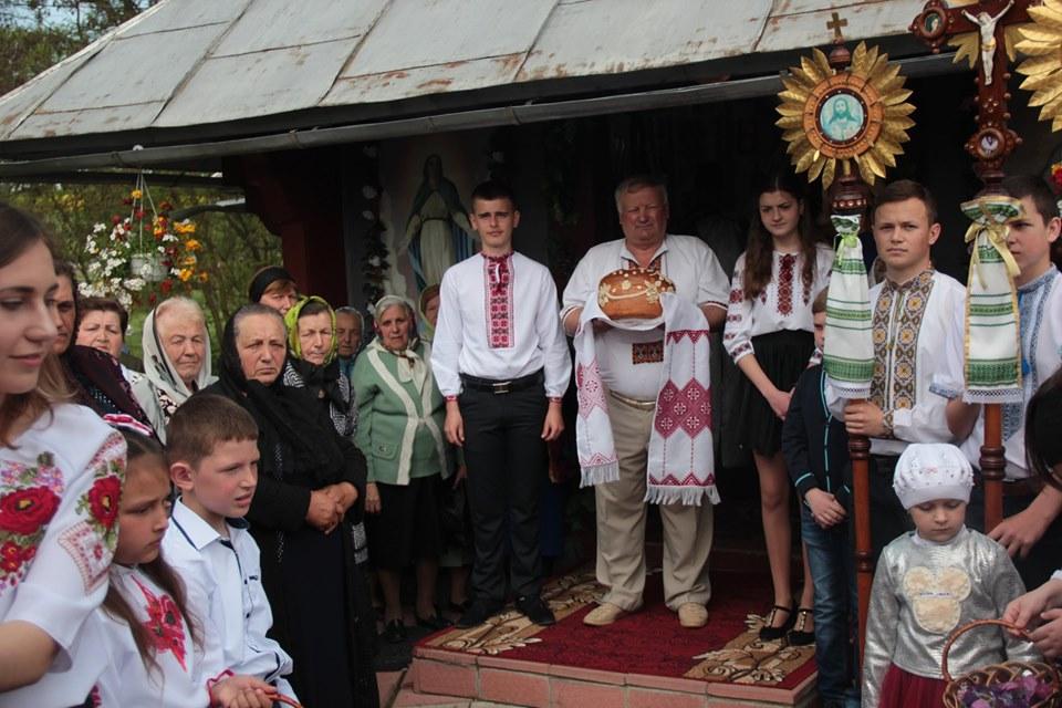 Церква із сільською громадою