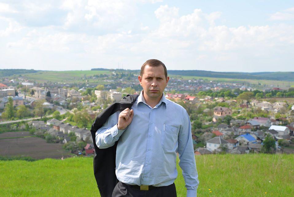 Андрій Старух на тлі панорами Монастириськ