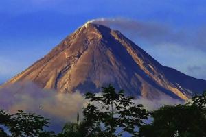 На острові Ява знову прокинувся вулкан – почав викидати розжарене каміння