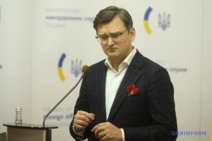 Кулеба підтримує ідею експослів США щодо скасування санкцій проти РФ після припинення агресії