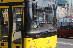 На транспорті у Вінниці відсьогодні дозволено їздити лише за спецпропусками
