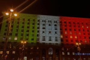 Kyjiwer Rathaus in Farben der italienischen Flagge beleuchtet