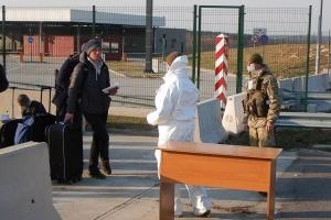 Українцям радять не перетинати кордон пішки, а дочекатись спецрейсів