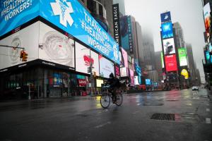 Нью-Йорк: Манхэттен как город-призрак, корабль-госпиталь и мобильные морги
