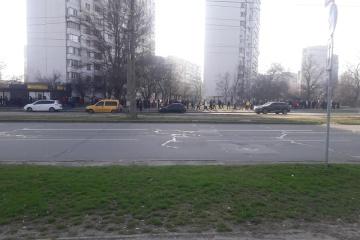 Coronavirus à Kyiv : Métro fermé, des centaines de personnes aux arrêts de bus