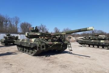 Militares ucranianos reciben tanques T-64 modernizados