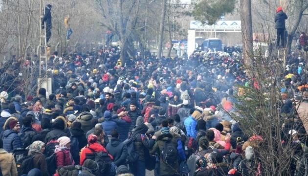 """Греція зупинила 10 тисяч мігрантів із Сирії — ті відповідали камінням і """"сльозогоном"""""""