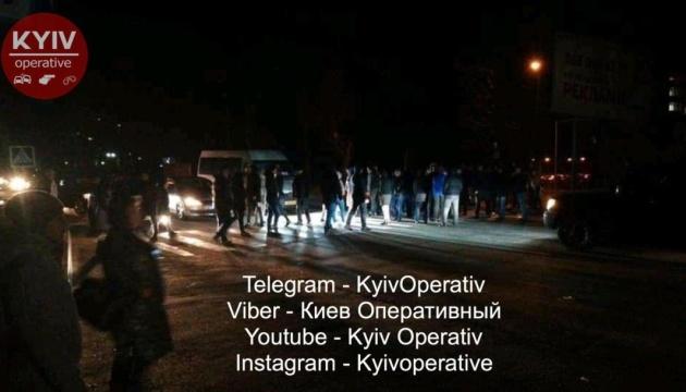 На Київщині автомобіль збив пішохода: обурені люди перекрили дорогу