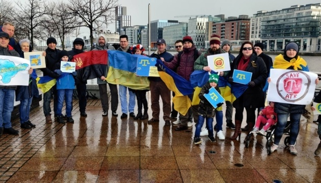Ukrainians in Ireland hold flash mob against Russia's occupation of Crimea