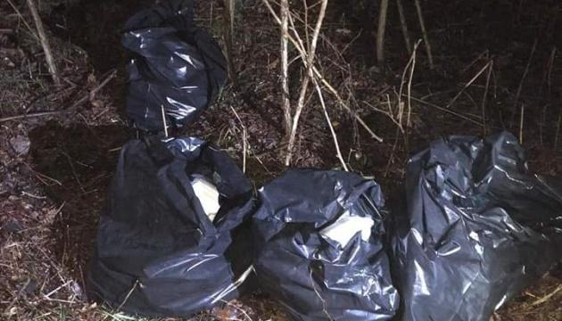 Несколько тысяч медицинских масок нашли в тайнике возле границы с Румынией